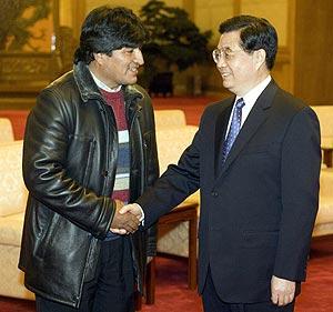 El presidente electo de Bolivia, Evo Morales, estrecha la mano del presidente chino, Hu Jintao. (Foto: EFE)
