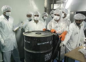 Técnicos iraníes, junto a un contenedor de uranio en una central de Isfahan. (Foto: AFP)