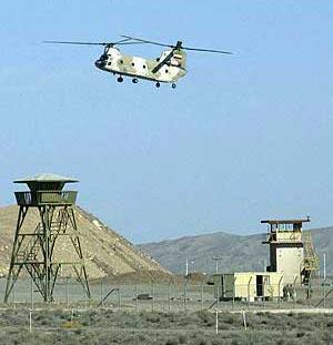 Un helicóptero iraní sobrevuela la central de Natanz. (Foto: AFP)