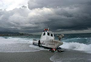 """El pesquero """"José El Francés"""", en la playa de Los Muertos tras el naufragio. (Foto: EFE)"""