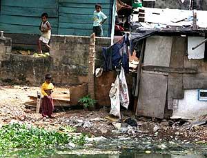 Cientos de familias viven en chabolas en Colombo, en Sri Lanka. (Foto: EFE)