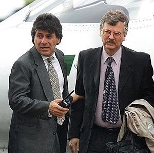 Ricardo Cavallo (dcha.), en 2000, tras ser detenido en Cancún. (Foto: EFE)