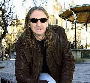Rosendo posa en la Plaza Mayor de Segovia. (Foto: EFE)