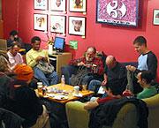 Las personas de la imagen se reunen todos los lunes en un café de San Francisco. (Foto: Monday Night Knit)