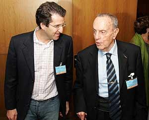 Manuel Fraga (dcha.) y Alberto Núñez Feijóo, a su llegada al congreso. (Foto: EFE)