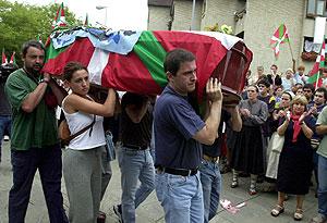 Otegi lleva el féretro de Olaia Castresana en 2001. (Foto: EFE)