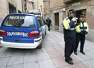 Agentes de la Policía Local custodian el Archivo. (Foto: EFE)