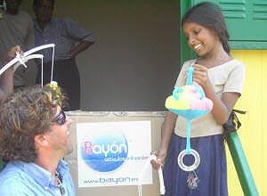 Álvaro de Marichalar entrega los juguetes a los niños en la ciudad de Galle. (Foto: A.M)