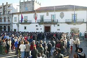 Vecinos de Baiona se concentran contra el asesinato. (Foto: EFE)