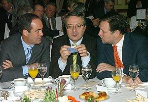 El ministro de Defensa, José Bono, el secretario de Organización del PSOE, José Blanco y el presidente de Aragón, Marcelino Iglesias, durante el desayuno informativo. (Foto: EFE)