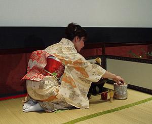 La japonesa Fumie Ito en la fase final de la ceremonia del té. (Foto: V.H.)