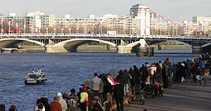 Decenas de personas tratan de localizar a la ballena desde los puentes de la ciudad. (Foto: AP)