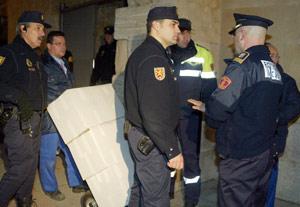Retirada en carretilla de los 'papeles' de Salamanca. (Foto: ENRIQUE CARRASCAL)