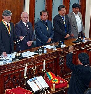 Morales ha jurado el cargo con el puño izquierdo en alto. (Foto: AFP)