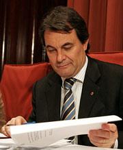 Mas repasa unos papeles durante la reunión del grupo parlamentario. (Foto: EFE)