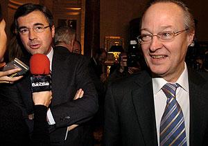 Ángel Acebes y Josep Piqué, a su llegada al Fórum de Nueva Economía este martes. (EFE)