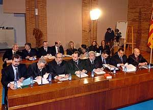 Los abogados de las familias con víctimas en el accidente del avión Yak-42. (Foto: EFE)