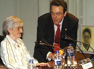 El autor del libro 'Testimonio de mujeres en las cárceles franquistas', Jorge J. Montes, junto a Manolita del Arco, de cuyas vivencias se sirvió, durante la presentación de la obra. (Foto: EFE)