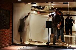La policía cubre las cristaleras del apartamento de Penn. (Foto: AP)