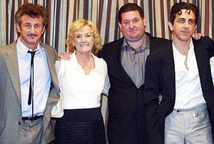 Chris (2º por la dcha.), con sus hermanos Sean (izda.) y Michael (dcha.), y su madre, Eileen Ryan. (Foto: AFP)