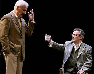 Los actores Víctor Valverde (i) y Manuel Galiana (d), durante una escena. (EFE)