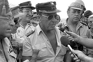 Gómez de Salazar, el 7/11/1975, un día después del inicio de la Marcha Verde. (Foto: EFE)