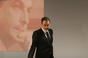 José Luis Rodríguez Zapatero, a su llegada al plató. (Foto: Javi Martínez)