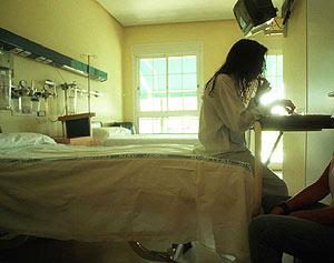 Una joven anoréxica en el hospital Niño Jesús de Madrid. (Foto: Begoña Rivas)