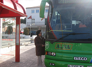 Una vecina coge el autobús que une Belvis con Ciudad Lineal. (elmundo.es)