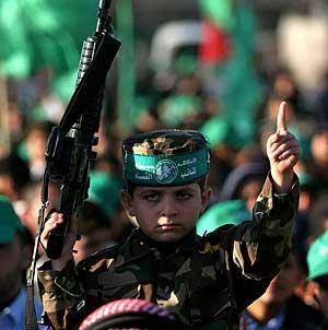 Un niño, ataviado con prendas de Hamas, porta un rifle en Jan Yunes. (Foto: AP)
