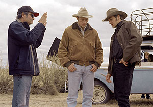 Ang Lee (izda.), director de 'Brokeback Mountain, con sus protagonistas, Heath Ledger y Jake Gyllenhaal.