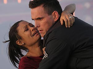 Thandie Newton y Matt Dillon en una escena de 'Crash'. (Foto: AP)