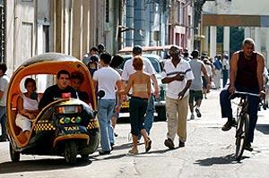 Un 'cocotaxi' por las calles de La Habana. (Foto: EFE)