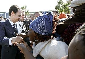 Zapatero ha sido aplaudido por inmigrantes en Melilla. (Foto: AP)
