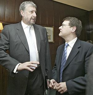 José María Fidalgo (izda.) y Jordi Sevilla, en el Club Siglo XXI. (Foto: Julián Jaén)