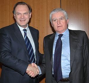Pedro Piqueras y el consejero delegado de Telecinco, Paolo Vasile. (Foto: Telecinco)