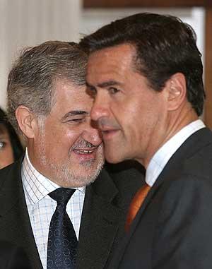 Juan Fernando López Aguilar y Cándido Conde-Pumpido. (Foto: EFE)