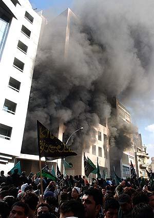 Un espeso humo sale del edificio diplomático danés en Beirut. (Foto: AP)