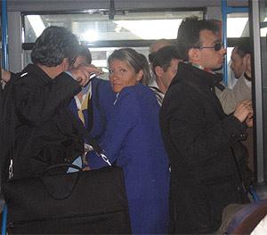 Pasajeros y azafatas apiñados en un autobús que les trasladó de las antiguas terminales a la nueva. (R. Bécares)