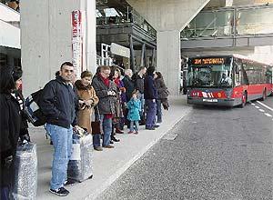 Varias personas esperan el autobús que conecta la T-4 con Avenida de América. (Foto: EFE)