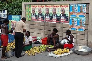 Mujeres venden fruta en una calle de Puerto Príncipe, Haití. (Foto: EFE)