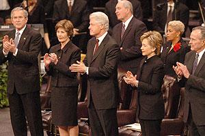 Bush y Clinton, acompañados de sus mujeres en el funeral. (Foto: AP)