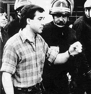 Parot, rodeado de policías en Bayona en 1990. (Foto: EFE)