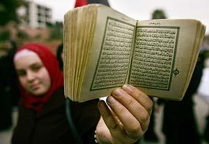 Una estudiante, con su Corán, durante una protesta en Ramala. (Foto: EFE)