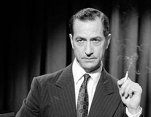 Edward R. Murrow siempre fumaba en su programa. En la imagen, durante su editorial, al terminar el programa.