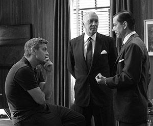 George Clooney (izq), con Fran Langella y David Strathairn, en un momento del rodaje.