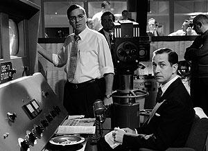 Clooney (Friendly) y Strathairn (Murrow), en el estudio de televisión