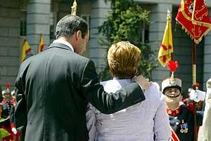 El ministro de Defensa consuela a una familiar en un homenaje. (Foto: Alberto Cuellar)