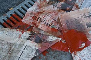 Periódicos manchados con pintura. (Foto: Mitxi)