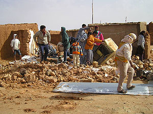 Un grupo de saharauis valora los daños sufridos. (Foto: elmundo.es)